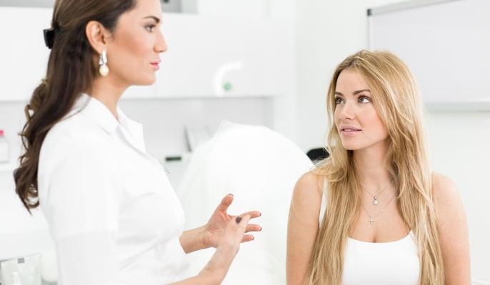 jeune esthéticienne apprenant des compétences d'une gérante de salon esthétique